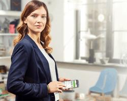 Biznes woman korzystająca z aplikacji mobilnej mBanku dla firm
